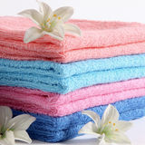 Handdoeken in verschillende kleur Stock Afbeeldingen