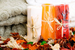 Handdoeken, zeep en welriekend mengsel van gedroogde bloemen en kruiden Royalty-vrije Stock Afbeeldingen