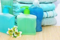 Handdoeken, zepen en shampoo stock foto