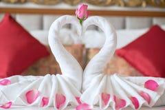 Handdoekzwanen op het bed in hotel Stock Fotografie
