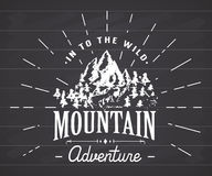 Handdrawn έμβλημα σκίτσων βουνών υπαίθρια δραστηριότητα στρατοπέδευσης και πεζοπορίας, ακραίος αθλητισμός, υπαίθριο σύμβολο περιπ απεικόνιση αποθεμάτων