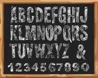 Handdrawn Guss Alphabet und Zahlen mit Schmutz-Linien und Anschlägen Vektor-Gekritzeldesign Lokalisiert auf Schulbank-Hintergrund Lizenzfreie Stockfotografie