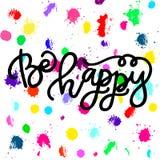 Handdrawn med färgpulvercitationstecken: Var lycklig - typografiaffischen som märker Fotografering för Bildbyråer