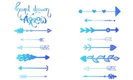 Handdrawn Pfeilsatz der blauen Steigung, wenig blaues Herz Indische Artverzierung der Vektorillustration Bürstenhandgezogene Text stock abbildung