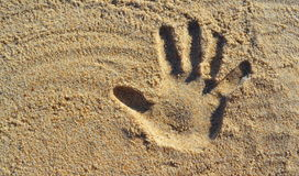 Handdruck auf Strand-Sand lizenzfreie stockfotos