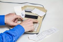 Handdruckschalter auf schreibender Rechenmaschine neben Lüge überprüft Stockbild