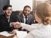 Handdruk aan verbindingsovereenkomst na de vergadering van de baanrekrutering royalty-vrije stock afbeelding