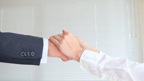 Handdruk in bedrijfs, man en vrouwenschokhanden 4k, langzame motie stock footage