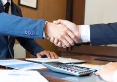 Handdruk, contract, samenwerking, groet, bedrijfssucces stock foto