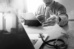 Handdruk die voor bedrijfs Medisch technologieconcept helpen Docto stock fotografie