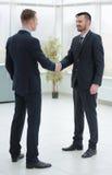 Handdruk financiële partners in de gang van het bureau Stock Foto