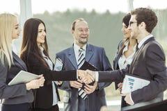 Handdruk financiële partners, en procureurs van het bedrijf op de achtergrond van het bureau stock foto