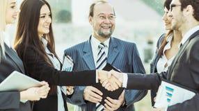 Handdruk financiële partners, en procureurs van het bedrijf op de achtergrond van het bureau royalty-vrije stock afbeeldingen