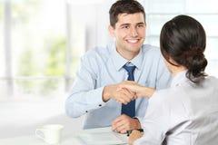 Handdruk na een gesprek van de baanrekrutering