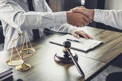 Handdruk na goede samenwerking, de mannelijke wet van de Zakenmanhanddruk royalty-vrije stock afbeelding