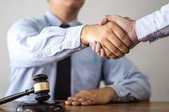 Handdruk na overleg tussen een mannelijke advocaat en een cliënt, g stock fotografie