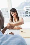 Handdruk om een overeenkomst na een commerciële vergadering te verzegelen stock afbeeldingen