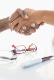 Handdruk om een overeenkomst na een commerciële vergadering te verzegelen royalty-vrije stock foto's