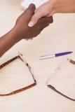 Handdruk om een overeenkomst na een commerciële vergadering te verzegelen royalty-vrije stock fotografie