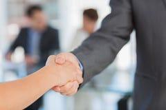 Handdruk om een overeenkomst na een vergadering te verzegelen royalty-vrije stock foto's