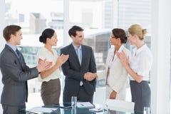Handdruk om een overeenkomst na een vergadering van de baanrekrutering te verzegelen royalty-vrije stock afbeelding