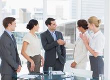 Handdruk om een overeenkomst na een vergadering van de baanrekrutering te verzegelen Stock Afbeelding