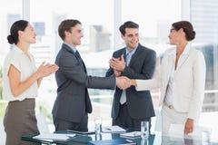 Handdruk om een overeenkomst na een vergadering van de baanrekrutering te verzegelen stock foto