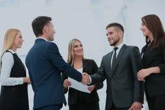 Handdruk om een overeenkomst na een vergadering van de baanrekrutering in a van te verzegelen stock foto