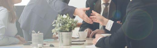 Handdruk op een commerciële vergadering stock foto's