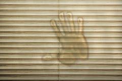 Handdruk op gesloten zonneblinden Stock Fotografie