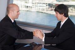 handdruk over een overeenkomst Stock Afbeelding