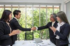 Handdruk Partner het schudden dient bureau in Busin twee stock foto