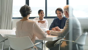 Handdruk tijdens een vergadering