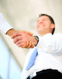 Handdruk tussen Kaukasische zakenman twee Royalty-vrije Stock Foto