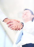 Handdruk tussen Kaukasische zakenman twee Royalty-vrije Stock Fotografie