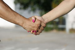 Handdruk tussen meisje en jongen, de mens en vrouw royalty-vrije stock afbeeldingen