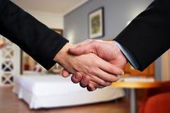 Handdruk tussen twee partners Stock Afbeelding