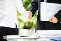Handdruk tussen zakenman en onderneemster Stock Afbeeldingen