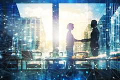 Handdruk van businessperson twee in bureau met netwerkeffect Concept vennootschap en groepswerk stock afbeeldingen