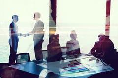 Handdruk van businessperson twee in bureau met netwerkeffect Concept vennootschap en groepswerk royalty-vrije stock foto