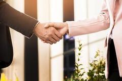 Handdruk van de close-up de vriendschappelijke vergadering tussen bedrijfsvrouw en B Royalty-vrije Stock Fotografie