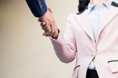 Handdruk van de close-up de vriendschappelijke vergadering tussen bedrijfsvrouw en B Royalty-vrije Stock Afbeelding