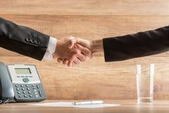 Handdruk van twee partners na een succesvolle vergadering bij Royalty-vrije Stock Foto