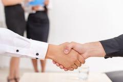 Handdruk van twee zakenlieden Stock Afbeelding