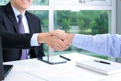 Handdruk van zakenlieden in het bureau Royalty-vrije Stock Afbeeldingen