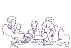 Handdrukconcept Twee Bedrijfsmensenleiders die het Silhouet van de Handenkrabbel over Vergadering van Succesvolle Teams schudden Stock Afbeeldingen