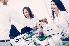 Handdrukmanager en de cliënt op een commerciële vergadering in van stock afbeelding