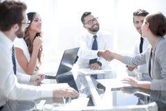 Handdrukpartners bij de conclusie van de transactie stock afbeelding