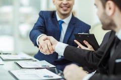 Handdrukpartners na bespreking van de financiële overeenkomst royalty-vrije stock afbeeldingen