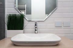 handduk för badrumbunkeinterior Ljust badrum med nya tegelplattor Ny handfat, vit vask och stor spegel royaltyfri fotografi